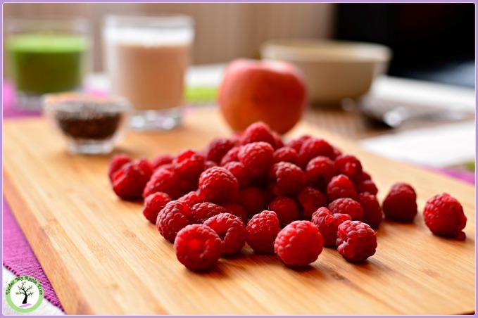 Les ingrédients pour un délicieux smoothie franmboise-amandes: des framboises fraîches, du lait d'amande, une pomme et des graines de chia.