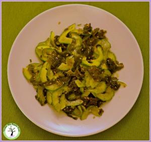 Salade japonaise d'algues wakame et concombre.