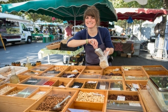 Le Baluchon, Emilie Philippin. Revendeuse de fruits secs et déshydratés biologiques, ici au marché de Carouge. Image par Carole Parodi, (c) karibou.ch